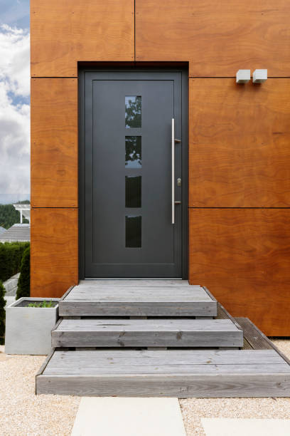 Front door, A modern house with concrete steps leading a black front door:スマホ壁紙(壁紙.com)