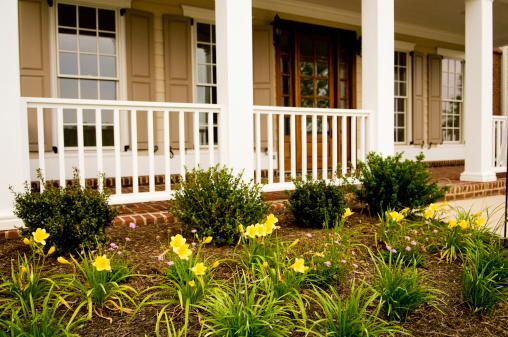 花壇「正面玄関とフロントポーチのモダンな家の家」:スマホ壁紙(8)