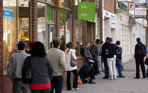 Waiting In Line「Latest Figures Show UK Unemployment Has Risen Above 2 Million」:写真・画像(13)[壁紙.com]