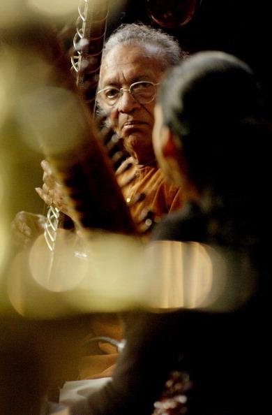 Michael Putland「Ravi Shankar」:写真・画像(16)[壁紙.com]