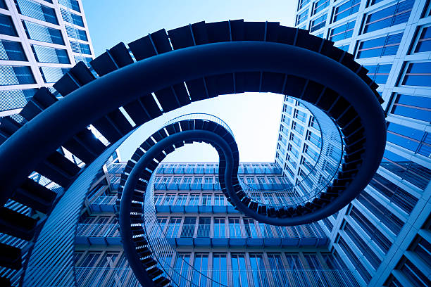 spiral stiars in front of modern architecture:スマホ壁紙(壁紙.com)