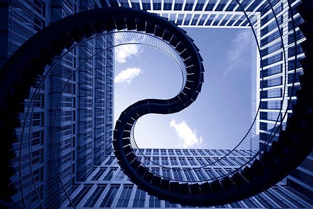 spiral stiars in front of modern architecture:スマホ壁紙(壁紙.com)
