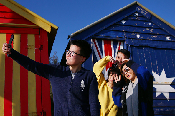 Tourism「Tourists Discover Brighton Beach Bathing Boxes」:写真・画像(12)[壁紙.com]