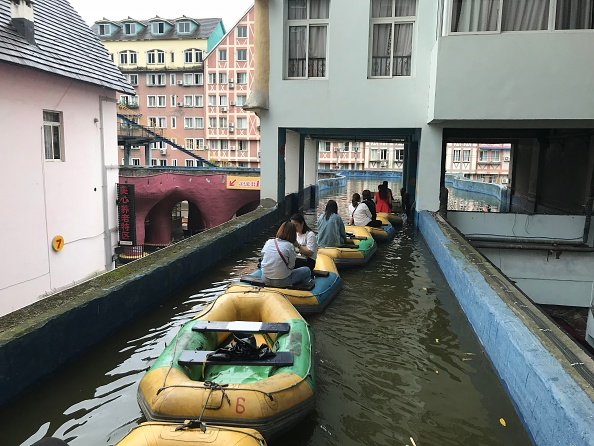 Threading「Artificial Canal Attracts Tourists In Chongqing」:写真・画像(12)[壁紙.com]
