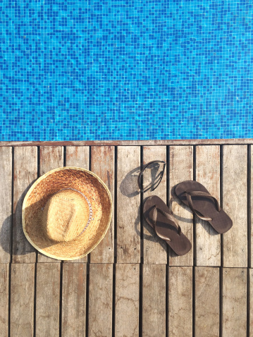 夏「Sun hat, flip-flops and sunglasses by swimming pool」:スマホ壁紙(10)