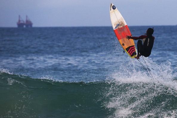 Mario Tama「Surf Is Up As Autumn Comes To Rio De Janeiro」:写真・画像(6)[壁紙.com]