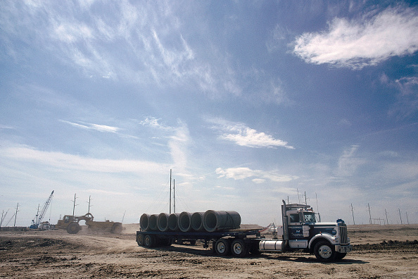 Material「Delivery of pipes. Denver Airport runway construction, Colorado, USA.」:写真・画像(9)[壁紙.com]