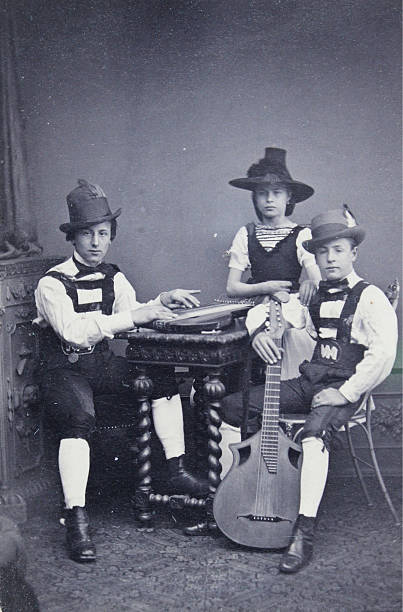 Group Portrait Of Three Young People In Tyrolean Costume:ニュース(壁紙.com)
