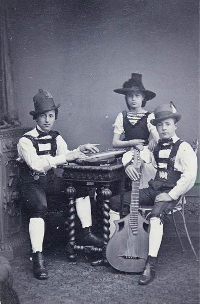 シタール「Group Portrait Of Three Young People In Tyrolean Costume」:写真・画像(13)[壁紙.com]
