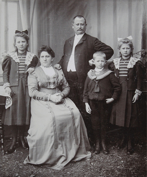 Middle Class「Group Portrait Of A Middle-Class Couple; Including Children」:写真・画像(15)[壁紙.com]