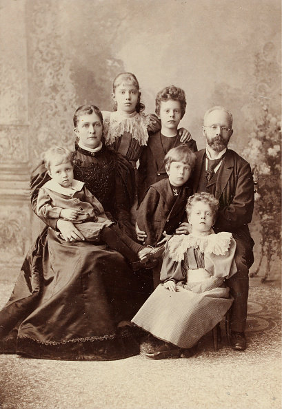 1880-1889「Group Portrait Of A Married Couple With Five Children」:写真・画像(11)[壁紙.com]