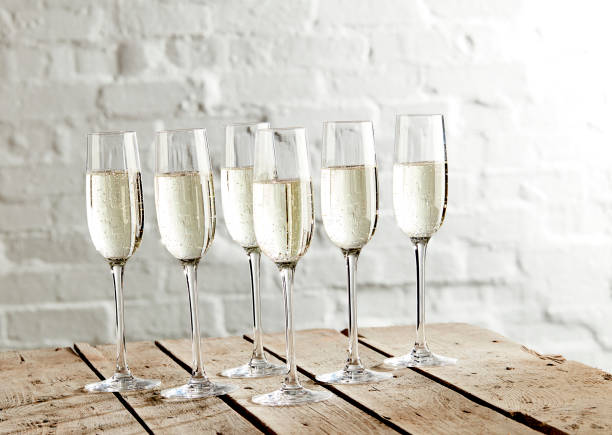 Champagne served in glasses:スマホ壁紙(壁紙.com)
