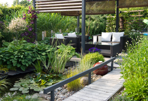 Flowerbed「Modern patio garden lounge with a pond and outdoor sofas」:スマホ壁紙(14)