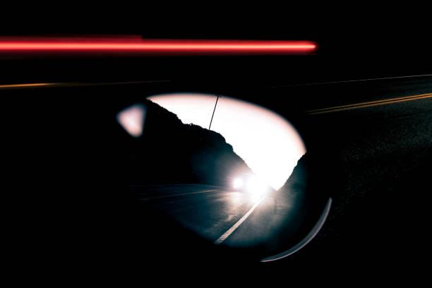 Bright headlights in rear view mirror at dusk:スマホ壁紙(壁紙.com)