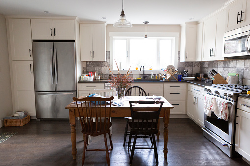 Real Life「Clean and charming remodeled country kitchen with light streaming through window.」:スマホ壁紙(1)