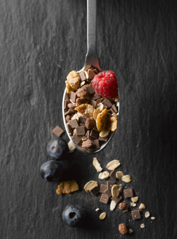 Granola「Cereal with fruits and chocolate in spoon, close up」:スマホ壁紙(11)