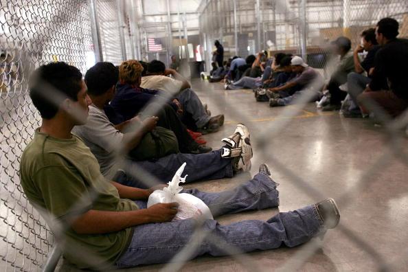Holding「Border Patrol Processes Migrants Captured Trying To Cross To U.S.」:写真・画像(18)[壁紙.com]