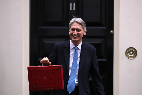 膝から上の構図「Chancellor Leaves Downing Street For Budget Speech」:写真・画像(12)[壁紙.com]