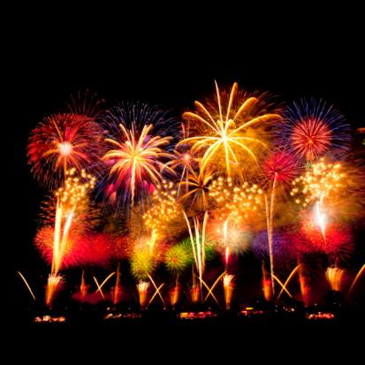 Ibaraki Prefecture「Fireworks exploding in sky, black background, long exposure, Tsuchiura city, Ibaragi prefecture, Japan」:スマホ壁紙(11)
