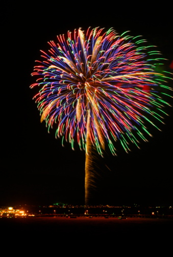 花火「Fireworks exploding in sky, black background, long exposure, Kamakura city, Kanagawa prefecture, Japan」:スマホ壁紙(10)