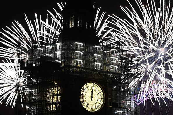 Leon Neal「Thousands Gather In London To Ring In 2018 With Firework Celebrations」:写真・画像(14)[壁紙.com]