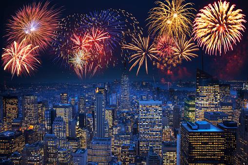 花火「Fireworks exploding over illuminated cityscape, New York, New York, United States」:スマホ壁紙(12)