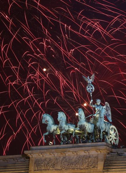 Adam Berry「Berlin Celebrates New Year's Eve 2014」:写真・画像(6)[壁紙.com]
