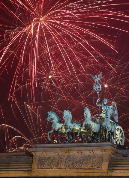 Adam Berry「Berlin Celebrates New Year's Eve 2014」:写真・画像(4)[壁紙.com]