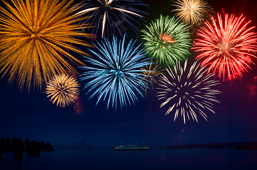 花火「Fireworks exploding over cruise ship in bay, Seattle, Washington, United States」:スマホ壁紙(8)
