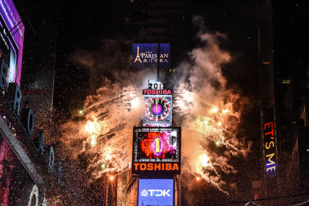 New Year「Amid Freezing Temperatures,Crowds Celebrate New Year's Eve In Times Square」:写真・画像(5)[壁紙.com]
