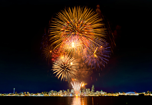 花火「Fireworks exploding over Seattle city skyline, Washington, United States」:スマホ壁紙(13)