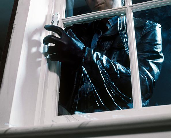 Window Frame「Burglar breaking a window」:写真・画像(18)[壁紙.com]