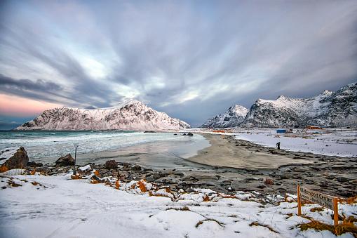 Unrecognizable Person「Skagsanden beach in winter, Lofoten, Nordland, Norway」:スマホ壁紙(3)