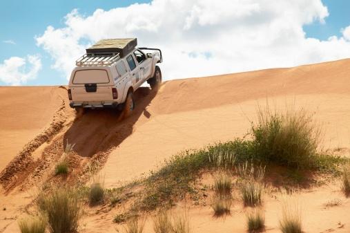 Steep「4x4 Cruising Over a Sand Dune - Low Angle」:スマホ壁紙(15)
