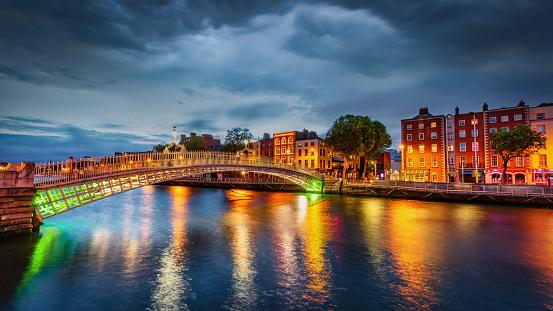 Liffey River - Ireland「Ha'penny Bridge Dublin Dramatic Thunderstorm Panorama Ireland」:スマホ壁紙(5)