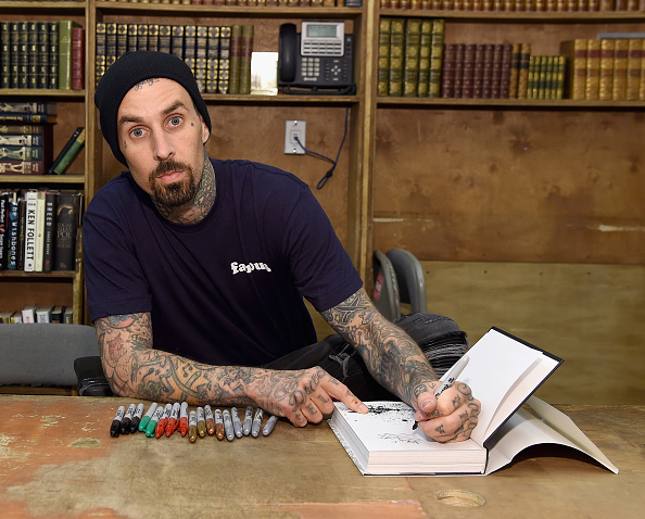 """Writing「Travis Barker Signs Copies Of His Book """"Can I Say: Living Large, Cheating Death, and Drums, Drums, Drums""""」:写真・画像(2)[壁紙.com]"""