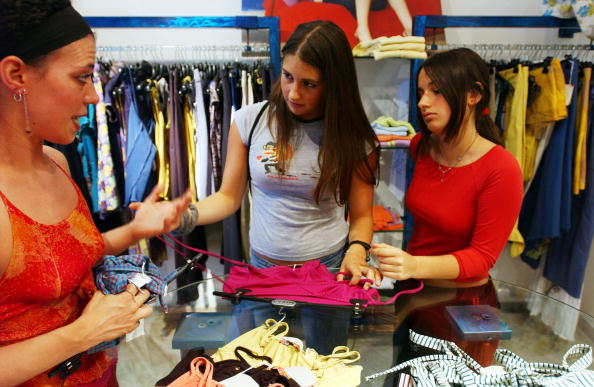 服装「Italian Youths Shop, Socialize And Party」:写真・画像(11)[壁紙.com]