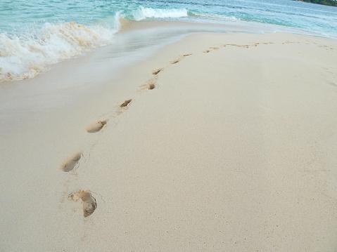 ビーチ「Deep footprints in the sand.」:スマホ壁紙(7)