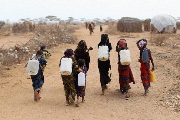 Picking Up「Refugees Flock To Dadaab As Famine Grips Somalia」:写真・画像(5)[壁紙.com]