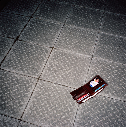 Wallet「Wallet lying open on pavement」:スマホ壁紙(7)