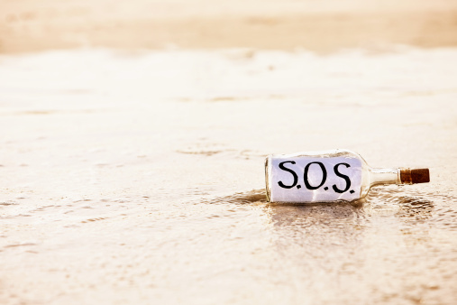 A Helping Hand「Urgent plea for help in washed-up bottle reads SOS」:スマホ壁紙(18)