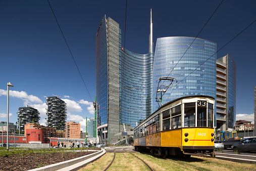 Cable Car「Old tram in front of Torre Unicredit, Milan」:スマホ壁紙(4)