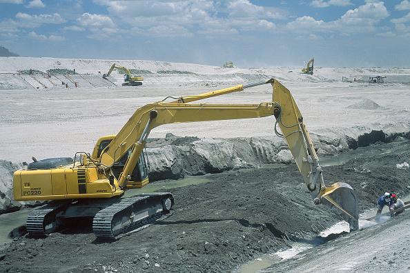 Dust「Komatsu PC220 excavator cleaning riverbeds after the catastrophic eruption in June 1991.」:写真・画像(8)[壁紙.com]