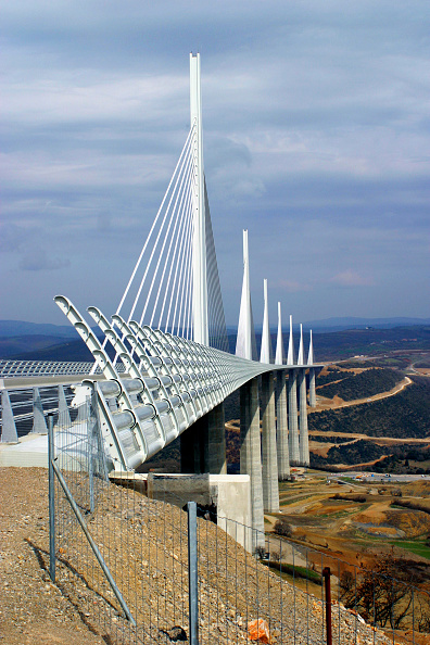 Copy Space「The 2.5 km Millau Viaduct, France, is the highest bridge in the world. Each of its sections spans 350 meters and its columns range in height from 75 meters to 235 meters - higher than the Eiffel Tower - with the masts rising a further 90 meters above the」:写真・画像(10)[壁紙.com]