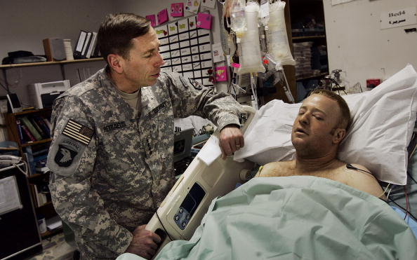 Baghdad「General Petraeus Gives Purple Hearts To U.S. Soldiers In Iraq」:写真・画像(11)[壁紙.com]