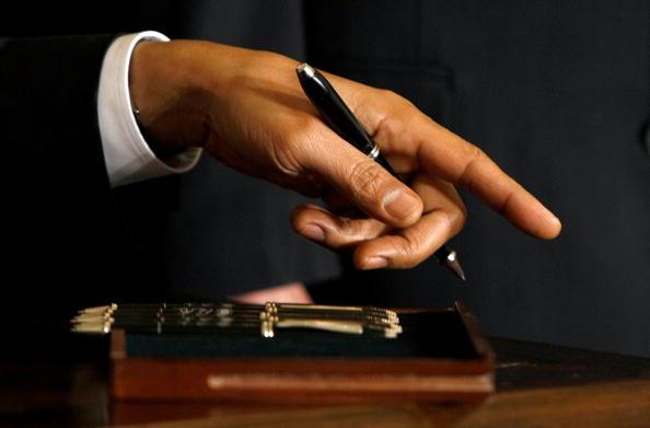 Pen「Obama Signs Order For Full Federal Funding Of Stem Cell Research」:写真・画像(0)[壁紙.com]