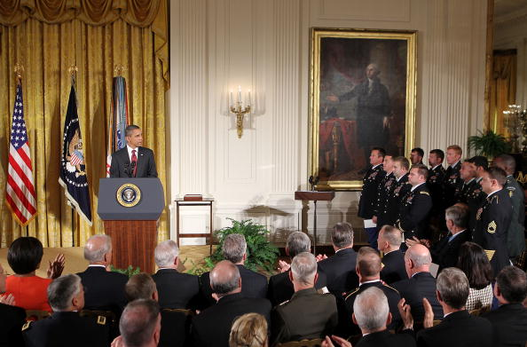 Alex Wong「Obama Awards Medal Of Honor To Family Of Soldier Killed In Afghanistan」:写真・画像(5)[壁紙.com]