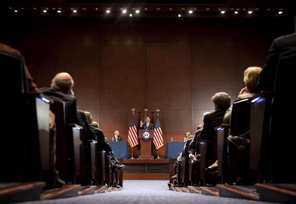 Joshua Roberts「Obama Speaks To Democratic Caucus To Pass Health Care Bill」:写真・画像(6)[壁紙.com]