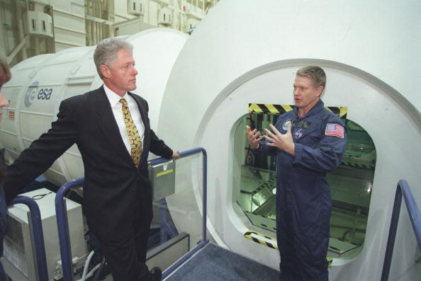 Template「President Clinton is briefed on the International Space Station」:写真・画像(18)[壁紙.com]
