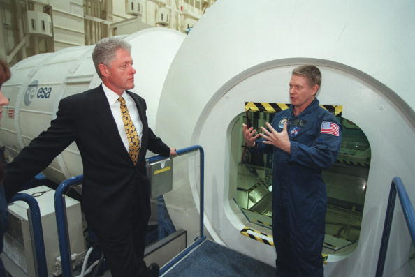 Template「President Clinton is briefed on the International Space Station」:写真・画像(19)[壁紙.com]